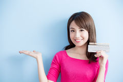 Kobieta chwyta zęby bieleje narzędzie Zdjęcia Stock