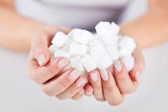 Kobieta chwyty w rękach cukrowi sześciany obraz stock