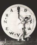 Kobieta ciągnie godziny rękę giganta zegar na sylwesterze zdjęcie royalty free