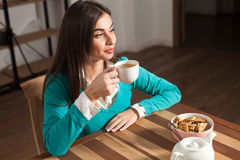 Kobieta, ciastka i filiżanka, Fotografia Stock