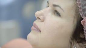 Kobieta cicho czeka procedurę dla piękna w bezpłodnej nakrętce zbiory wideo
