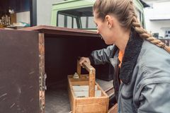 Kobieta cieśli ładowania narzędzia w mobilnym warsztatowym transporterze obrazy royalty free