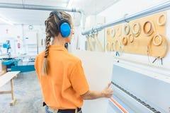 Kobieta cieśla pracuje w meblarskiej fabryce Zdjęcia Royalty Free