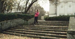 Kobieta cieki jogging w dół schodki w parku, zamykają up DJI ronin strzał swobodny ruch 4K zbiory