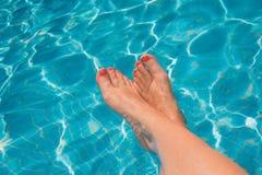 Kobieta cieki przy pływackim basenem Fotografia Stock
