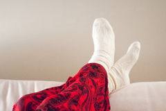 Kobieta cieki w białych skarpetach na kanapie obraz stock