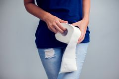 Kobieta cierpi od biegunki trzyma papier toaletowy rolkę Żołądek podnosi zdjęcia royalty free