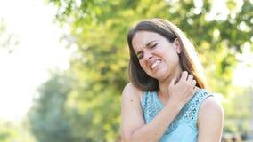 Kobieta cierpi swędzącego chrobot jej szyja zdjęcie wideo