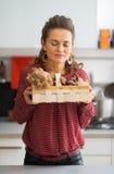 Kobieta cieszy się świeżość pieczarki w koszu zdjęcie royalty free