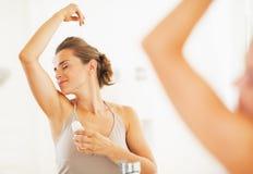 Kobieta cieszy się świeżość po stosować rolkowego dezodorant fotografia royalty free