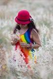 Kobieta cieszy się życia pickup kwiaty Zdjęcia Royalty Free
