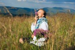 Kobieta cieszy się życie wysokogórska łąka Obraz Royalty Free
