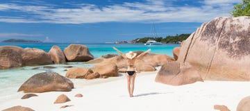 Kobieta cieszy się Anse Lazio obrazka perfect plażę na Praslin wyspie, Seychelles Zdjęcia Royalty Free