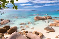 Kobieta cieszy się Anse Lazio obrazka perfect plażę na Praslin wyspie, Seychelles Fotografia Stock