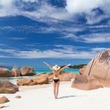 Kobieta cieszy się Anse Lazio obrazka perfect plażę na Praslin wyspie, Seychelles Obraz Royalty Free