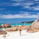 Kobieta cieszy się Anse Lazio obrazka perfect plażę na Praslin wyspie, Seychelles Obrazy Stock