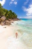 Kobieta cieszy się Anse Patates obrazka perfect plażę na losu angeles Digue wyspie, Seychelles Obrazy Royalty Free