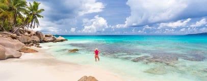 Kobieta cieszy się Anse Patates obrazka perfect plażę na losu angeles Digue wyspie, Seychelles Zdjęcie Royalty Free