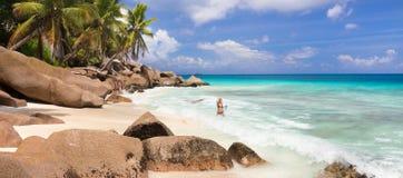 Kobieta cieszy się Anse Patates obrazka perfect plażę na losu angeles Digue wyspie, Seychelles Zdjęcia Royalty Free
