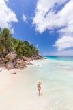 Kobieta cieszy się Anse Patates obrazka perfect plażę na losu angeles Digue wyspie, Seychelles Obrazy Stock