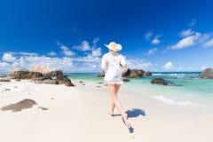 Kobieta cieszy się białą piaskowatą plażę na Mahe wyspie, Seychelles Obrazy Stock