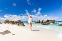 Kobieta cieszy się białą piaskowatą plażę na Mahe wyspie, Seychelles Obraz Stock