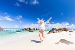 Kobieta cieszy się białą piaskowatą plażę na Mahe wyspie, Seychelles Fotografia Royalty Free