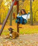 Kobieta cieszy się jesień w lesie Obraz Stock