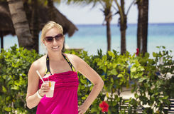 Kobieta cieszy się koktajlu napój plażą Obrazy Stock