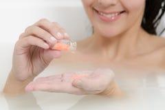 Kobieta cieszy się leczniczego aromatherapy skąpanie obraz stock