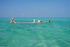 Kobieta cieszy się morze Fotografia Stock