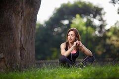 Kobieta cieszy się muzykę podczas gdy odpoczywający Obrazy Stock