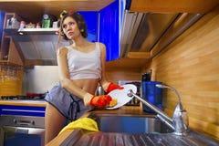 Kobieta cieszy się myjący naczynie fotografia stock