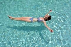 Kobieta cieszy się naturalne kopaliny Nieżywy morze, Izrael Zdjęcie Stock