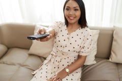 Kobieta cieszy się oglądający tv obrazy stock