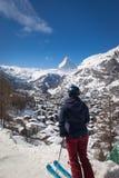 Kobieta cieszy się pejzaż miejskiego Zermatt, Szwajcaria z Matterhorn zdjęcie stock