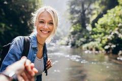 Kobieta cieszy się podwyżkę w naturze z jej chłopakiem zdjęcia stock