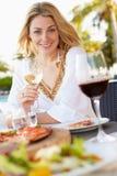 Kobieta Cieszy się posiłek W Plenerowej restauraci obraz stock