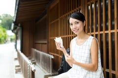 Kobieta cieszy się przekąskę przy plenerowym Zdjęcie Royalty Free
