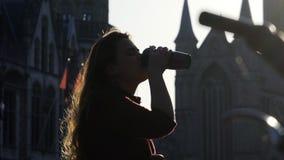 Kobieta cieszy się ranek w mieście zdjęcie wideo