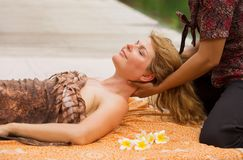 Kobieta cieszy się relaksującego szyja masaż obraz stock