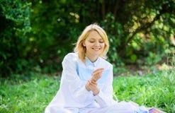 Kobieta cieszy się relaksuje natury tło Dama cieszy się czułą kwiat woń Kobiecość i czułość Dziewczyny czuła blondynka obraz stock