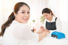 Kobieta cieszy się robić jej odpoczynkowemu manicure'owi Zdjęcie Stock