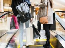 Kobieta cieszy się robić zakupy wpólnie przy wydziałowym sklepem Zdjęcia Royalty Free