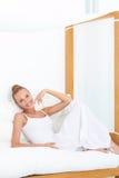 Kobieta cieszy się tropikalnego luksus Zdjęcia Royalty Free