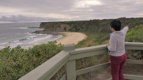 Kobieta cieszy się widok australijczyk plaży krajobraz zbiory wideo