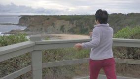 Kobieta cieszy się widok australijczyk plaży krajobraz zdjęcie wideo
