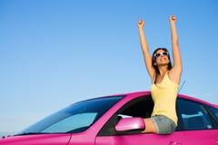 Kobieta cieszy się wolność z jej nowym samochodem obraz stock