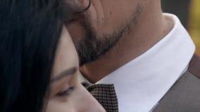 Kobieta cieszy się, zwolnione tempo jak jej mężczyzna całuje jej czoło zdjęcie wideo