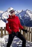 Kobieta cieszy się narciarstwo w alps Zdjęcia Royalty Free